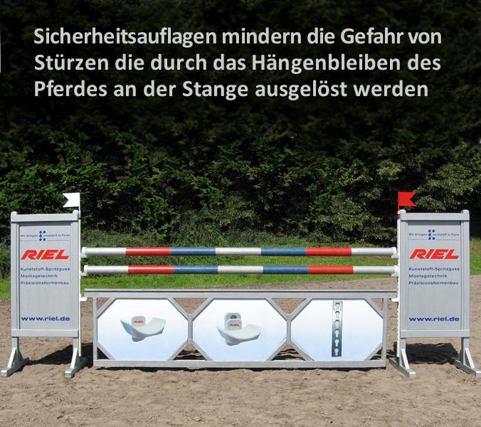 Sicherheitsauflagen mindern die Gefahr von Stürzen die durch das Hängenbleiben des Pferdes an der Stange ausgelöst werden